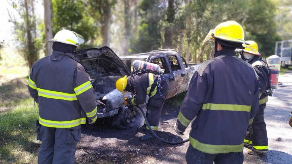 Una camioneta tomó fuego en ruta 50
